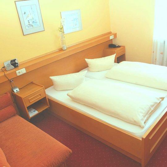 http://www.hotelwiendl.de/wp-content/uploads/2016/09/Anderes-Zimmer-540x540.jpg
