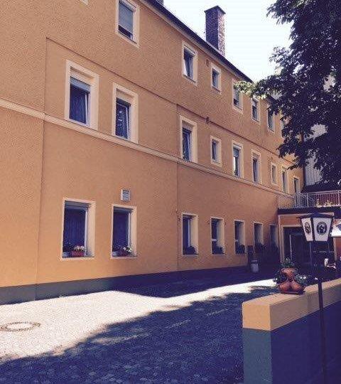 http://www.hotelwiendl.de/wp-content/uploads/2016/09/Ansicht-Hof-480x540.jpg