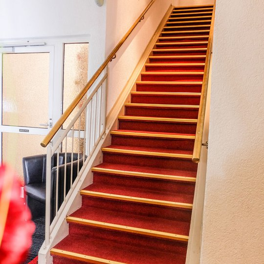 https://www.hotelwiendl.de/wp-content/uploads/2016/09/Treppe-zu-den-Hotelzimmern-540x540.jpg