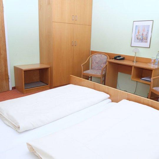 https://www.hotelwiendl.de/wp-content/uploads/2016/09/Zimmereinrichtung-540x540.jpg